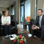Еве зошто лесно ги совладува во дипломатијата македонските политичари, погледнете ја биографијата на Захариева